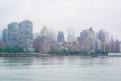 Nebelige Ansicht der Manhattan-Skyline vom Bock-Piazza-Nationalpark, in Long Island-Stadt, Queens, New York City lizenzfreies stockfoto