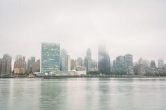 Nebelige Ansicht der Manhattan-Skyline vom Bock-Piazza-Nationalpark, in Long Island-Stadt, Queens, New York City lizenzfreie stockfotos