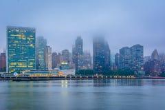Nebelige Ansicht der Manhattan-Skyline vom Bock-Piazza-Nationalpark, in Long Island-Stadt, Queens, New York City stockfotografie