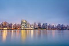 Nebelige Ansicht der Manhattan-Skyline vom Bock-Piazza-Nationalpark, in Long Island-Stadt, Queens, New York City stockbilder