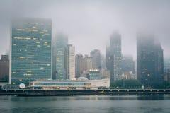 Nebelige Ansicht der Manhattan-Skyline vom Bock-Piazza-Nationalpark, in Long Island-Stadt, Queens, New York City lizenzfreie stockbilder