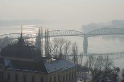 Nebelige Ansicht der Maria Valeria-Brücke in Esztergom Stockfotos