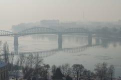 Nebelige Ansicht der Maria Valeria-Brücke in Esztergom Stockbilder