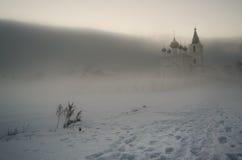 Nebelige Ansicht an der orthodoxen Kirche im Winter Lizenzfreie Stockbilder