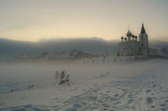 Nebelige Ansicht an der orthodoxen Kirche im Winter Stockfotografie