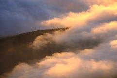 Nebelige Ansicht von Spaß gemachter Bergspitze Kalter Wintertag Liberec, Tschechische Republik lizenzfreie stockfotos