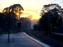 Nebelige Bahnstation Lizenzfreie Stockfotos
