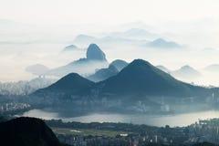 Nebelige Berge, Rio de Janeiro, Brasilien Stockbilder