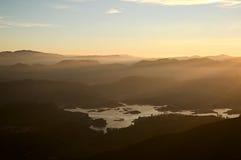 Nebelige Berge und Ansicht Sri Lankan zum Maskeliya-Reservoir Lizenzfreies Stockfoto