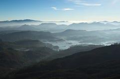 Nebelige Berge und Ansicht Sri Lankan zum Maskeliya-Reservoir Lizenzfreies Stockbild