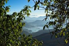 Nebelige Berge und Ansicht Sri Lankan zum Maskeliya-Reservoir Lizenzfreie Stockbilder