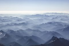 Nebelige Berge vom Himmel lizenzfreie stockfotos