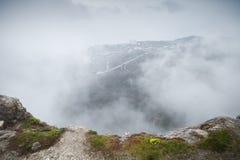 Nebelige Berglandschaft von Foros-Felsen stockfoto