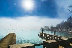 Nebelige Berglandschaft von See Mondsee in Österreich lizenzfreies stockbild