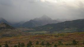 Nebelige Bergspitze mit den Regen-Wolken, die vorbei überschreiten stock video footage