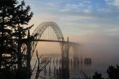 Nebelige Brücke Stockfoto