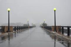 Nebelige Brücke mit anderer Seite nicht sichtbar Stockfotografie