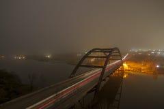 Nebelige Brücke nachts Lizenzfreies Stockbild