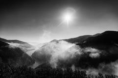 Nebelige Fluss-Landschaft Stockbilder