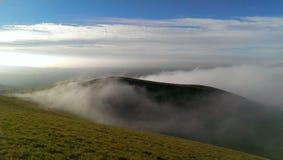 Nebelige Hügel Stockbild