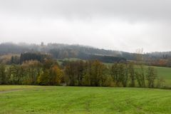 Nebelige Herbstlandschaft Lizenzfreies Stockbild