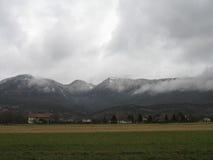 Nebelige Jura-Berge stockbilder
