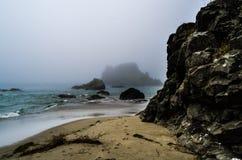 Nebelige Küste Lizenzfreie Stockfotografie