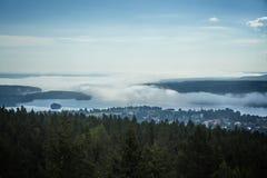 Nebelige Kleinstadt stockbild