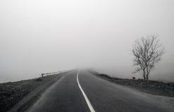 Nebelige Land-Straße Nebel schafft ein Gefühl der Leere, während er zu scheinbar nirgendwo führt Ilisu, Gakh, Aserbaidschan Lizenzfreie Stockfotografie