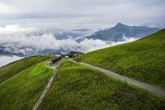 Nebelige Landschaft in den Alpenbergen, Tirol, Österreich Lizenzfreie Stockfotos