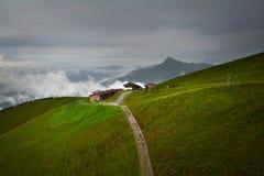 Nebelige Landschaft in den Alpenbergen, Tirol, Österreich Lizenzfreies Stockbild