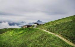 Nebelige Landschaft in den Alpenbergen, Tirol, Österreich Stockfotografie