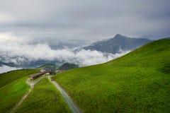 Nebelige Landschaft in den Alpenbergen, Tirol, Österreich Stockfoto