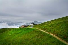 Nebelige Landschaft in den Alpenbergen, Tirol, Österreich Stockfotos
