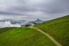 Nebelige Landschaft in den Alpenbergen, Tirol, Österreich Lizenzfreies Stockfoto