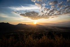 Nebelige Landschaft des erstaunlichen Sommers Schöner drastischer Pastellnaturhimmel-Landschaftshintergrund auf Sommertageskonzep Stockbilder