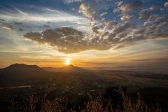 Nebelige Landschaft des erstaunlichen Sommers Schöner drastischer Pastellnaturhimmel-Landschaftshintergrund auf Sommertageskonzep Stockfoto
