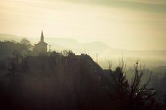 Nebelige Landschaft in Esztergom ungarn Stockfotos