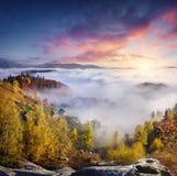 Nebelige Morgenszene im Bergdorf Babyn Lizenzfreies Stockfoto