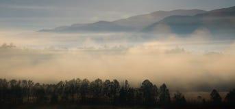 Nebelige Mountain Viewen am Sonnenaufgang lizenzfreie stockbilder