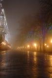 Nebelige Nacht in der Stadt Stockfoto