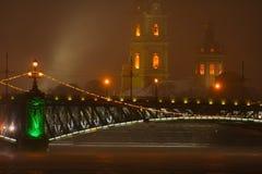 Nebelige Nacht, St Petersburg Lizenzfreie Stockbilder