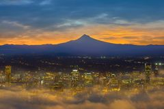 Nebelige Portland-Stadt im Stadtzentrum gelegen an der Dämmerung USA Amerika Stockfotos
