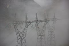 Nebelige Starkstromleitungen stockfoto