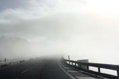 Nebelige Straße lizenzfreies stockfoto