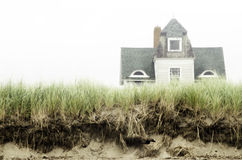 Nebelige Strandhauslandschaft Lizenzfreies Stockfoto