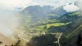 Nebelige Szene von Hohenwerfen-Schloss unter Gebirgszügen, Österreich Lizenzfreie Stockfotos