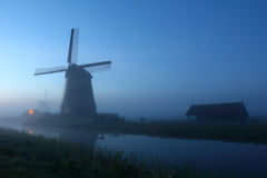Nebelige Windmühle Lizenzfreie Stockfotos