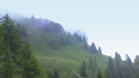 Nebelige Wolken, die in die Berge sich bewegen stock footage
