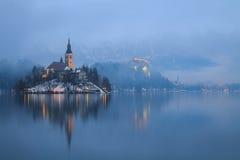 Nebeliger Abend auf Bled See Stockbilder